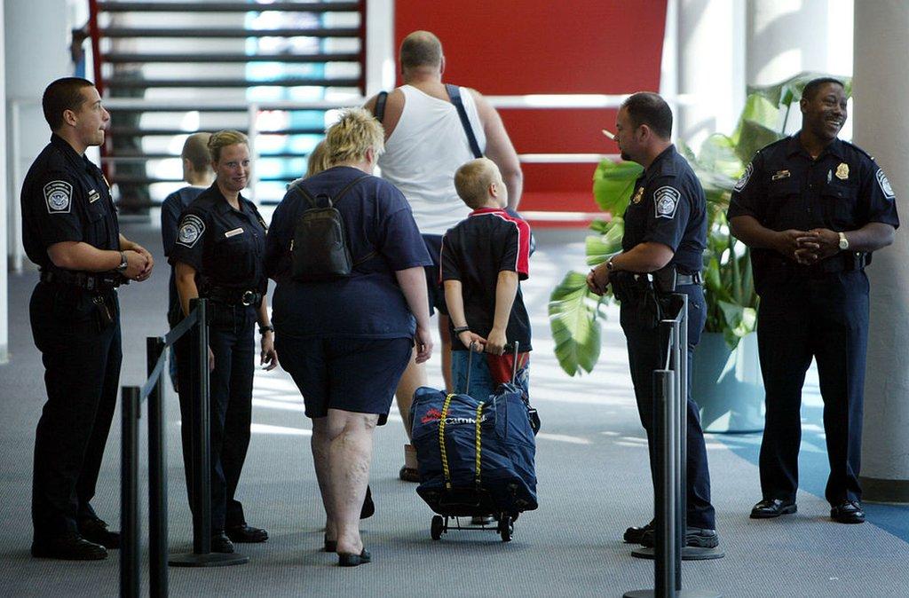 Agentes del CBP y pasajeros en Miami