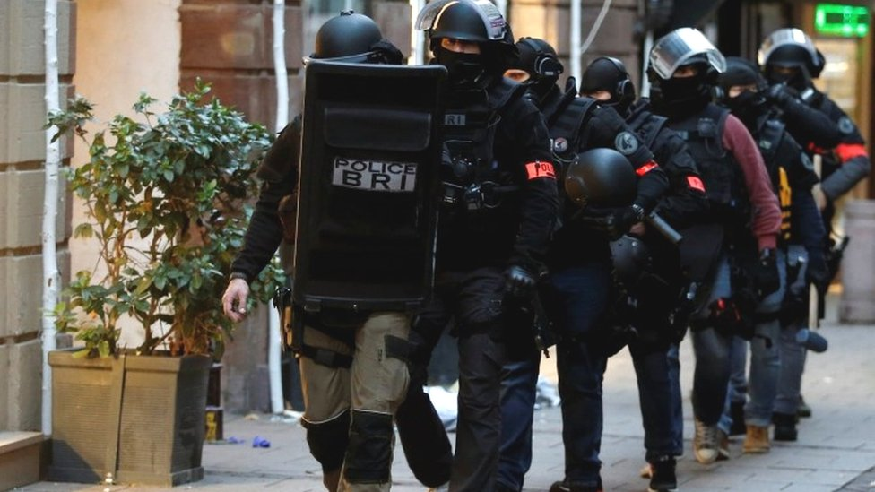 Strasbourg shooting: France hunts gunman as alert level raised