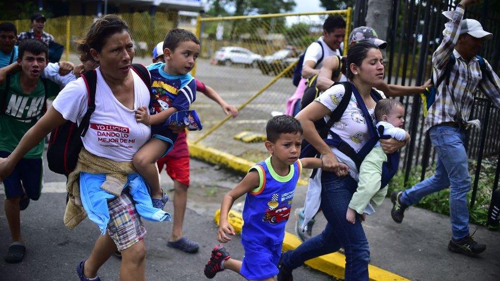 Cientos de migrantes hondureños saltaron el control fronterizo entre Guatemala y México para continuar su viaje hacia EE.UU.