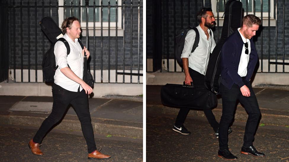 Un grupo de personas con instrumentos musicales en mano fueron fotografiados saliendo de Downing Street el sábado por la noche.