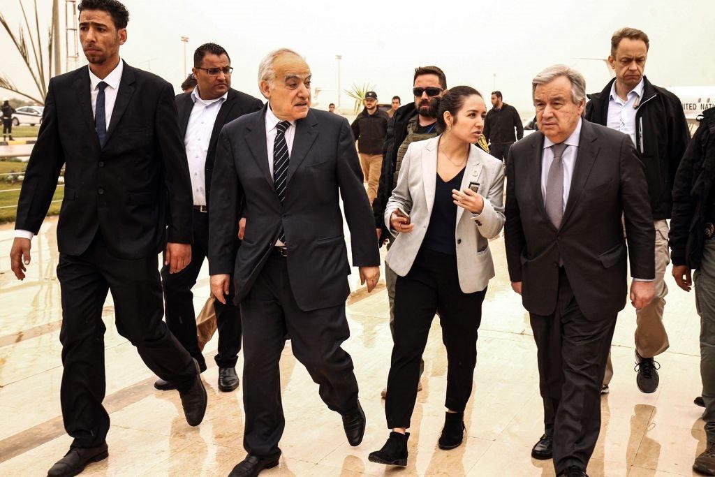 الأمين العام للأمم المتحدة أنطونيو غوتيريس (إلى اليمين) وغسان سلامة (الثاني إلى اليسار) المبعوث الخاص للأمم المتحدة إلى ليبيا ورئيسة بعثة الأمم المتحدة للدعم في ليبيا (UNSMIL) أثناء مغادرتهم مطار بنينا الدولي في مدينة ليبيا الشرقية بنغازي في 5 أبريل/نيسان 2019.