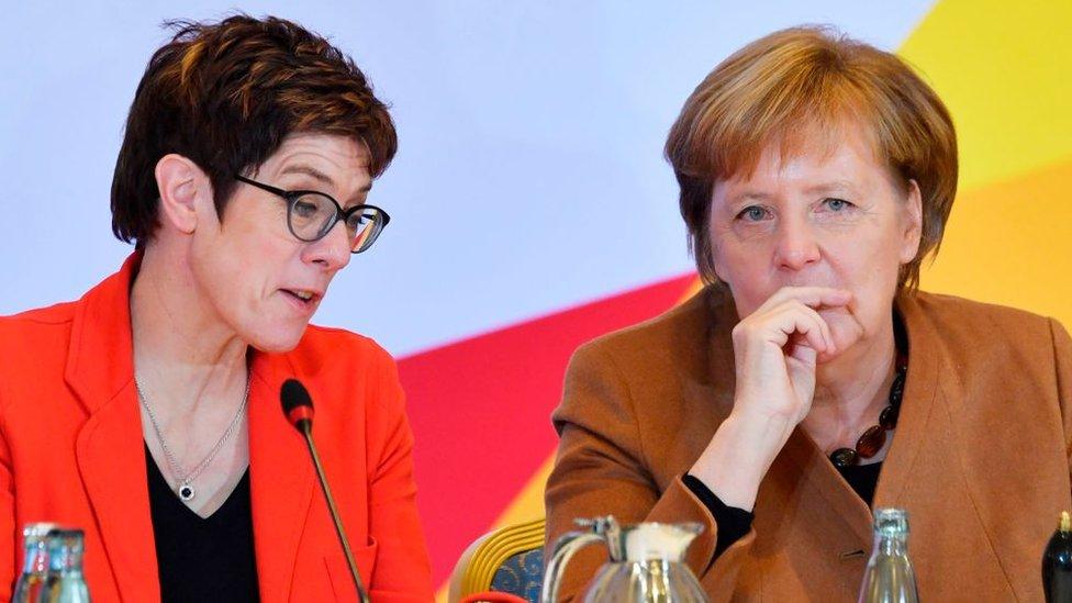 Partido de Merkel elige a Kramp-Karrenbauer como su nueva líder