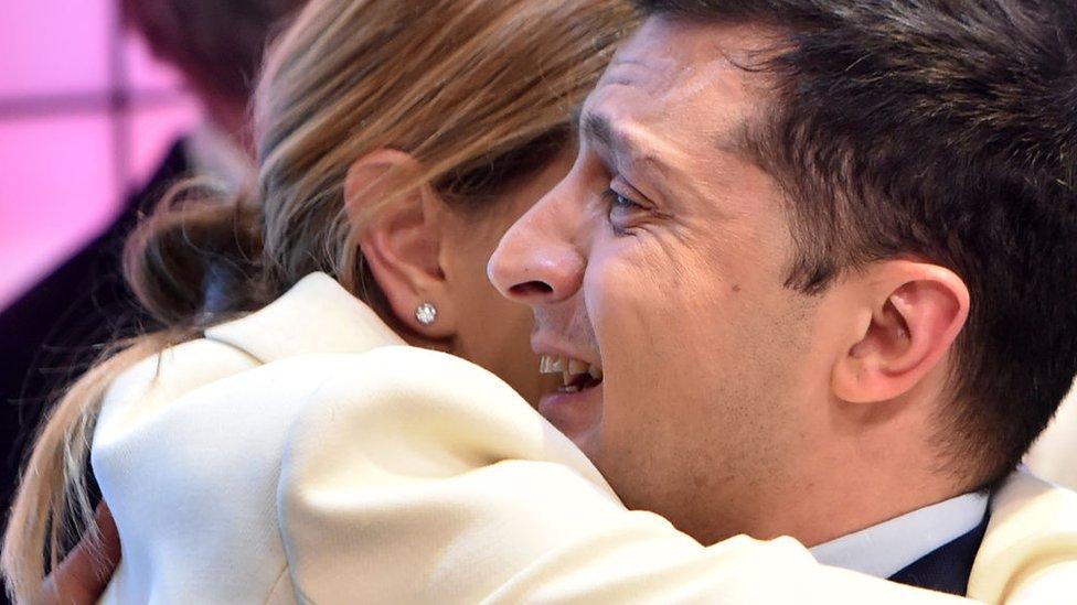 Volodimir Zelenski abrazado a su esposa