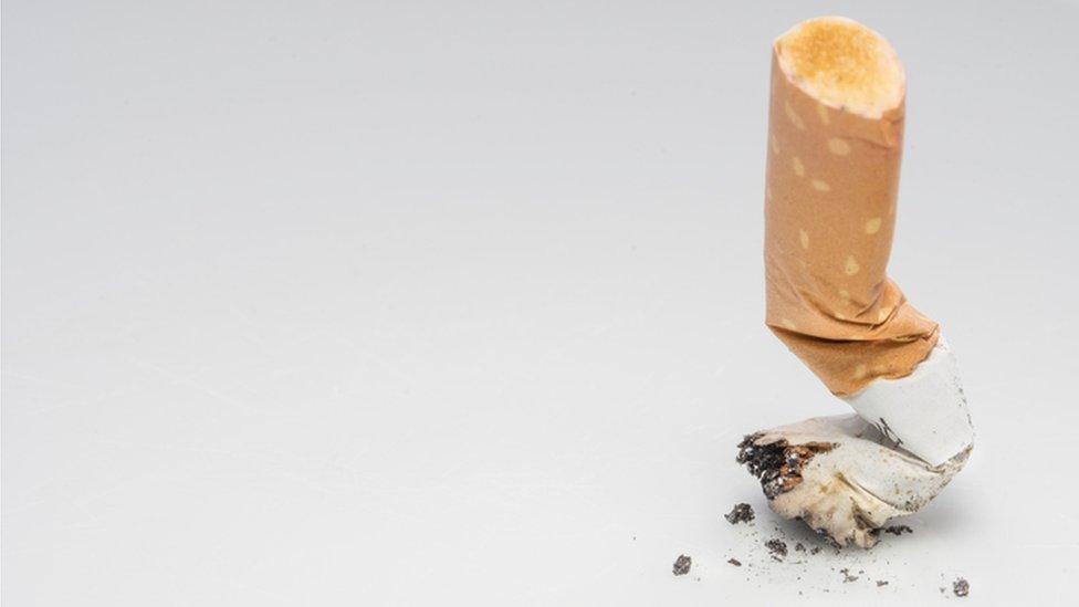 Colilla de cigarrillo.