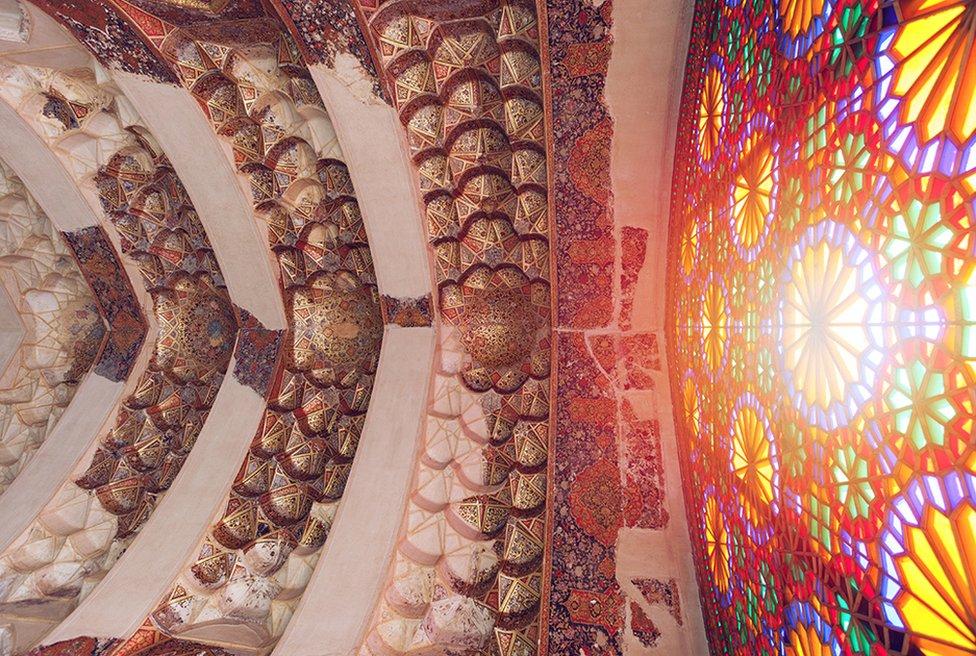 鮑納的鏡頭對凖了從彩色玻璃窗透進這座三百多年前建築瑰寶的陽光。