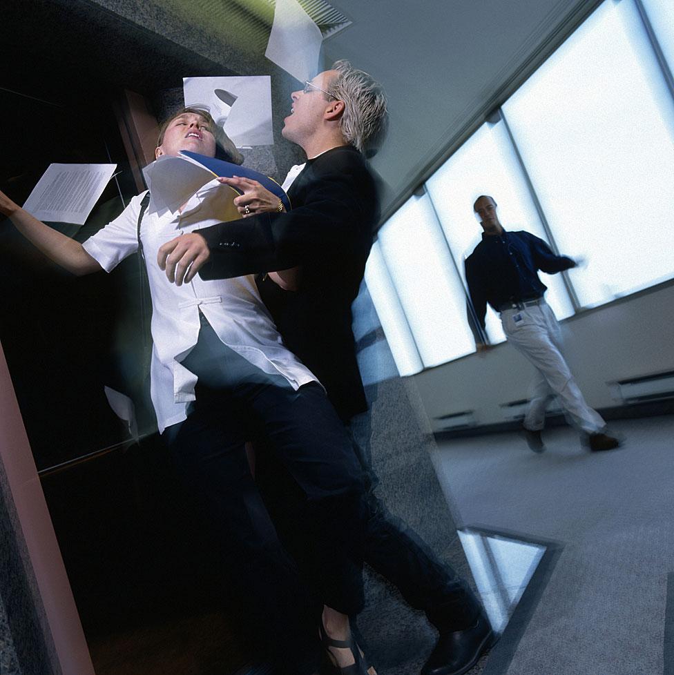 Personas se chocan a las puertas de un ascensor.