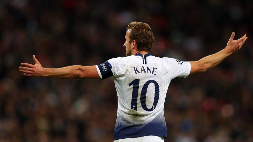 هاري كين مهاجم توتنهام والمنتخب الانجليزي الذي سجل هدفي المباراة