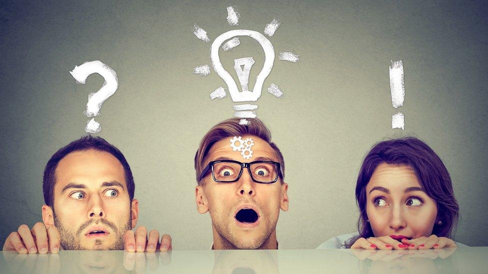 Tres personas con dibujos en sus cabezas