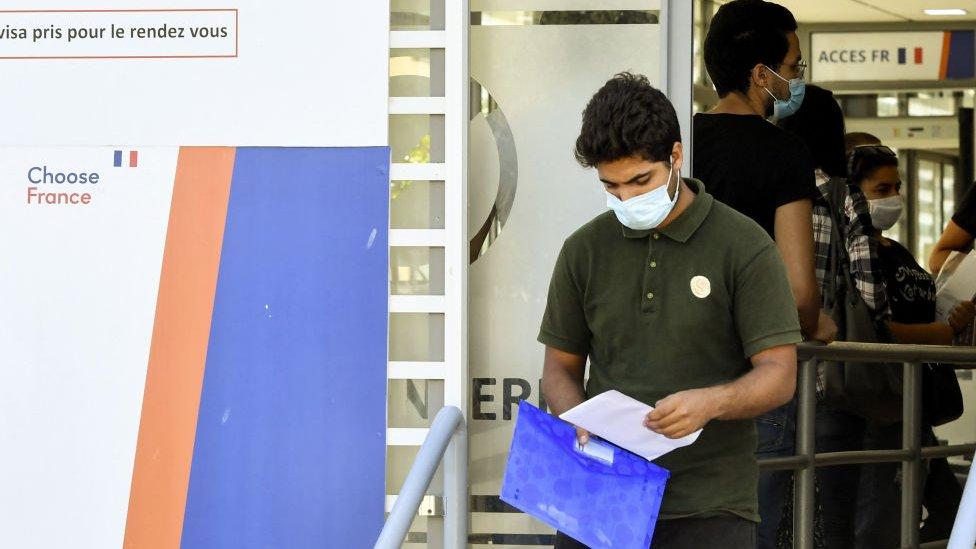 مواطن تونسي أمام مكتب شركة لمعالجة طلبات التأشيرات إلى فرنسا