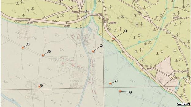 Gallwch weld y pentref ar hen fab degwm 1842 yng nghanol y llun, drwy ddefnyddio mae'r map modern sydd drosto'n dangos lle mae'r dŵr heddiw