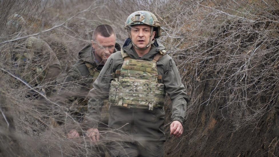 El presidente ucraniano, Volodymyr Zelensky, en una visita de trabajo a la zona de conflicto del este de Ucrania, el 9 de abril de 2021.