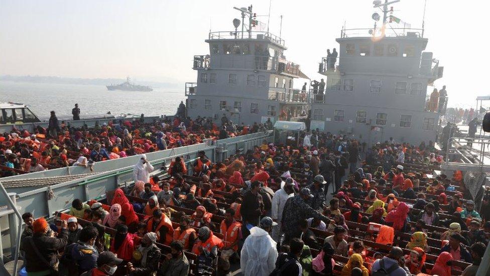 يستعد الروهينغا للصعود على متن سفينة أثناء انتقالهم إلى جزيرة بهاسان شار بالقرب من تشاتوغرام ، بنغلاديش