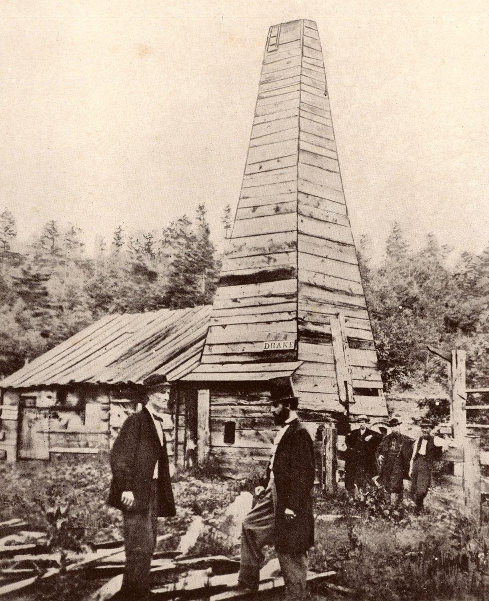 Drake Well, Pensilvania. Edwin Laurentine 'Coronel' Drake (1819-1880) el primero en perforar en busca de petróleo, con sombrero de copa en el centro de la imagen.