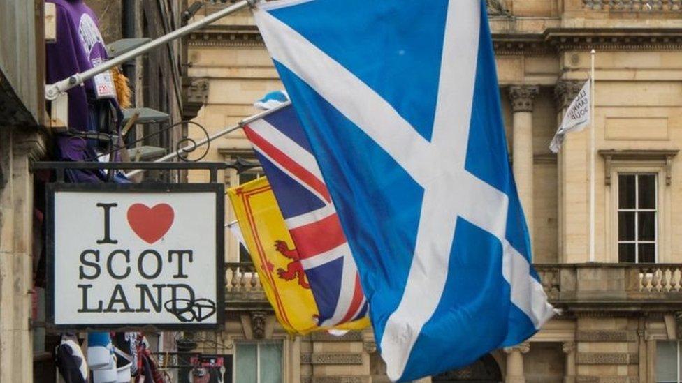 علم اسكتلندا يحمل رمز القديس أندرو