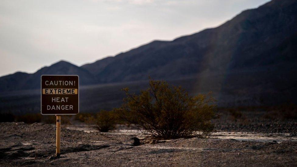 Señal de peligro de calor extremo en el valle de la Muerte, California.
