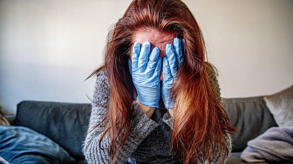 سيدة بريطانية في حالة من الصدمة بعد تشخيصها مصابة بكوفيد-19 عام 2020