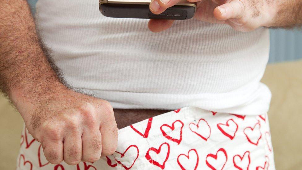 Hombre haciéndose una foto con el celular