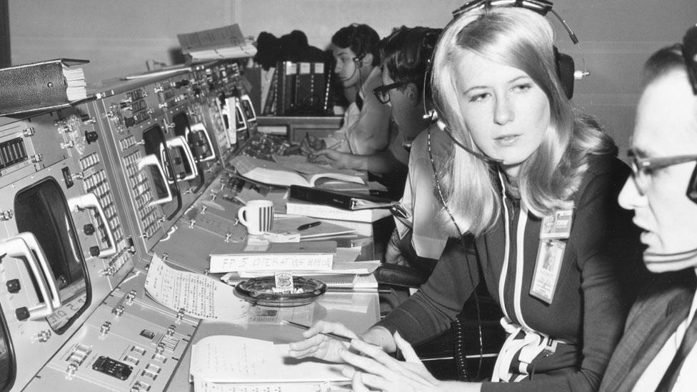Frances Northcutt en el centro de control de la NASA en Houston en 1969