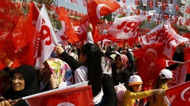 اعتبر أنصار أردوغان أن التعديلات ستبسط وتحدث العمل الحكومي