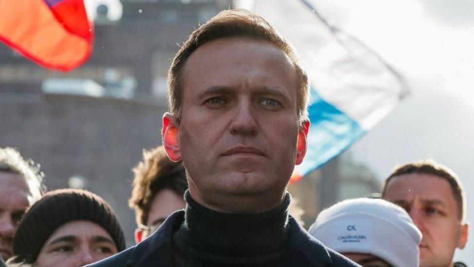 Navalni havaalanında kendisini tanıyanlarla sohbet edip şakalaşmıştı