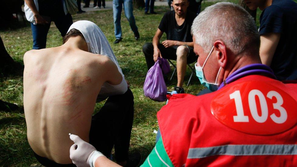 doktori pomažu demonstrantima koji su završili u pritvoru
