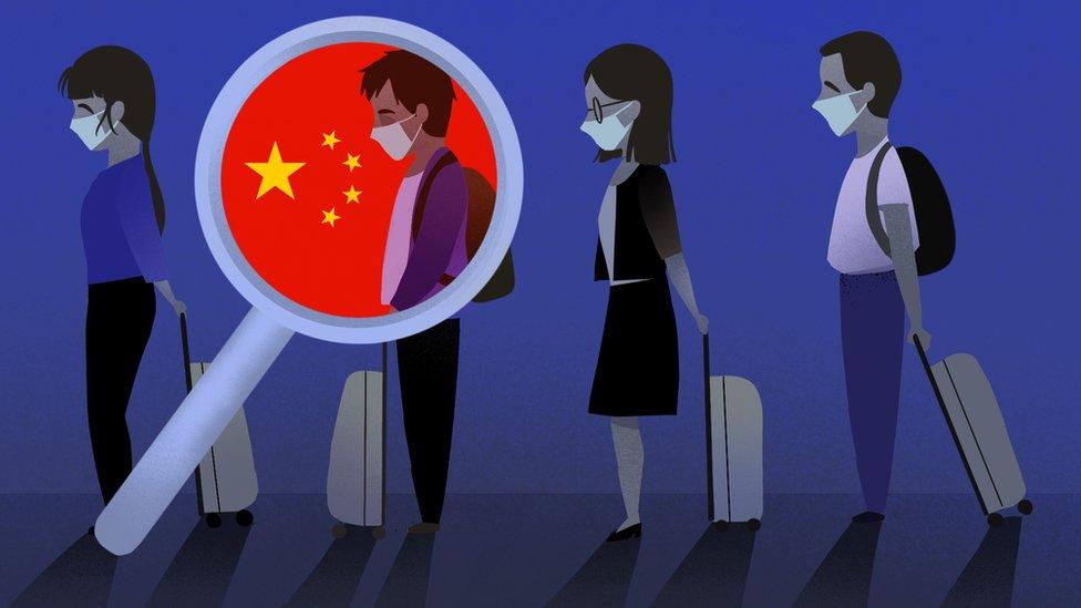 Ilustración que muestra a cuatro personas haciendo fila en un aeropuerto con una lupa destacando una.