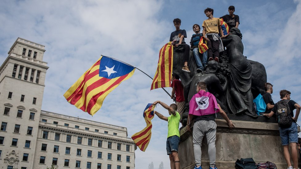 Image shows supporters of Catalan independence gathering in Barcelona on 2 October 2018