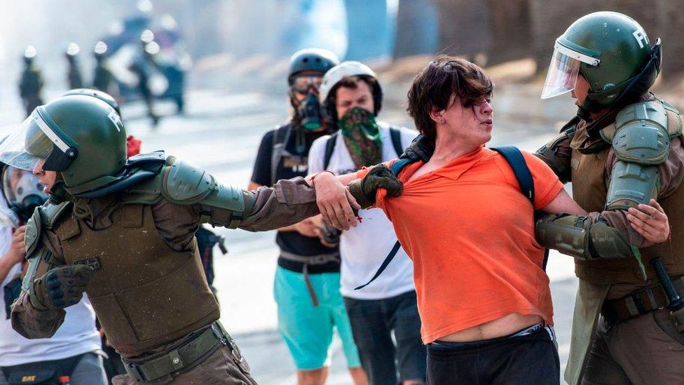 carabineros de Chile con manifestante.