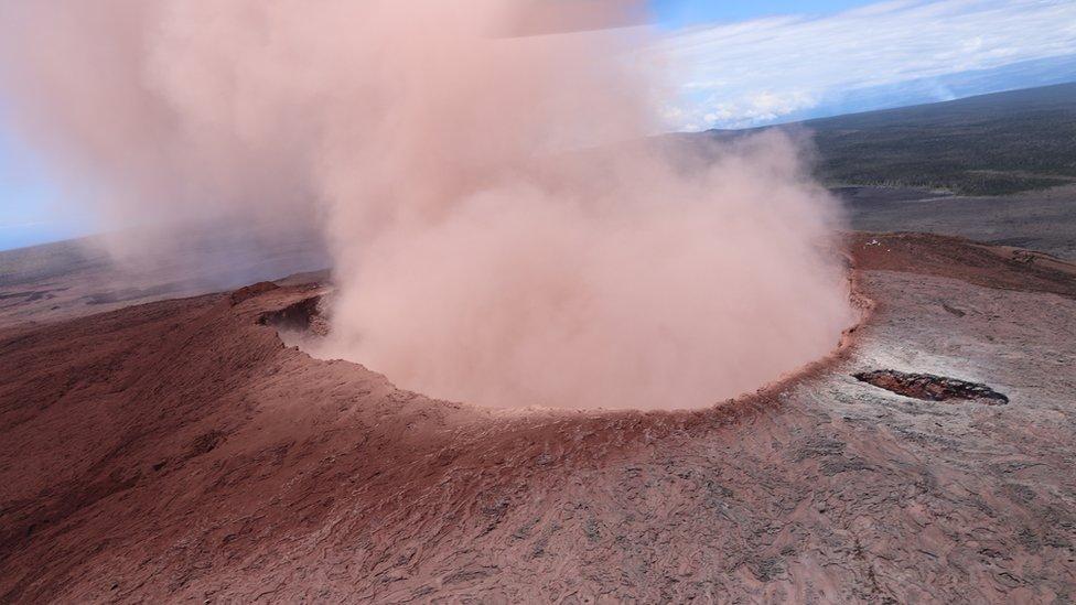 Cráter del volcán Kilauea en la isla grande de Hawái