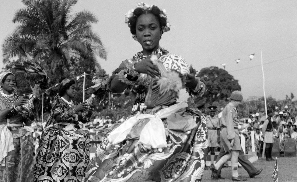 Bailarines efik actuaron para la reina Isabel II y el Duque de Edimburgo durante su gira por Nigeria en 1956
