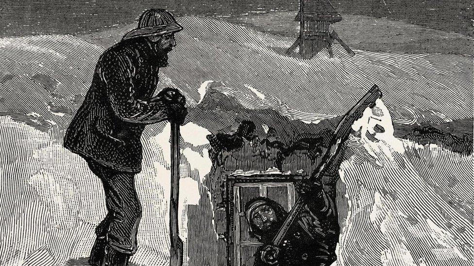 Ilustración de los investigadores intentando salir de la cabaña de piedra cubierta de nieve.