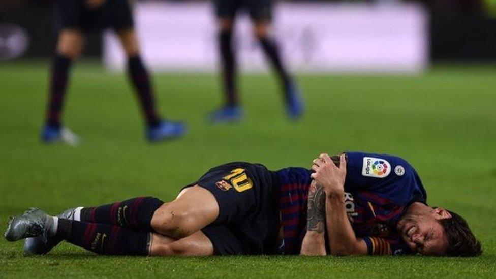ظل مهاجم برشلونة ليونيل ميسي يتألم بعد خروجه من الملعب في الدقيقة 26