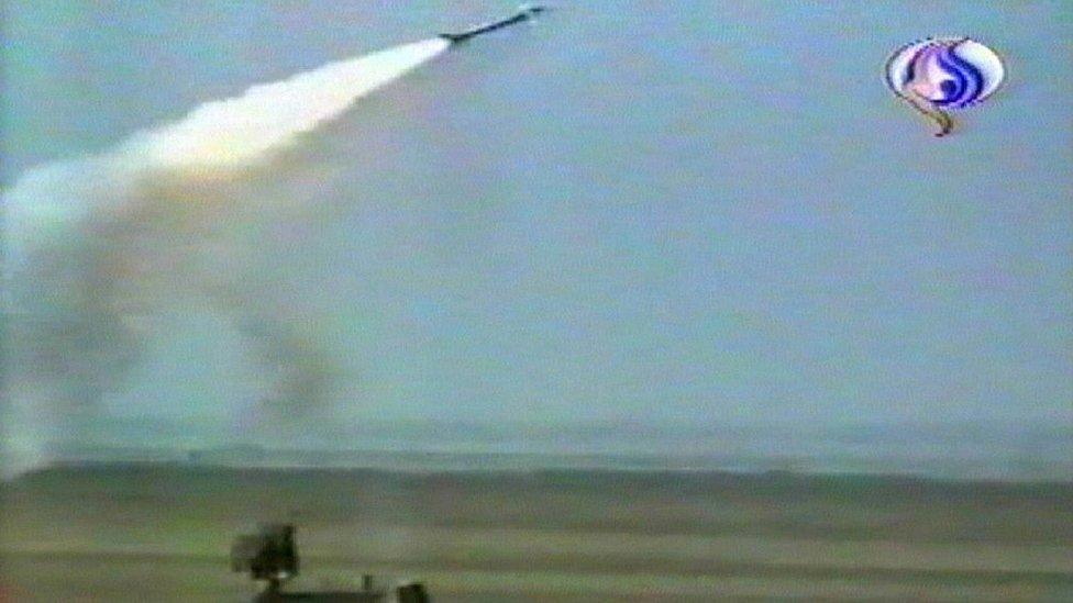 Esta imagen de la televisión iraní muestra las Guardias Revolucionarias del país disparando un recién adquirido Tor-M1 en una ubicación no definida en Irán, en febrero de 2007.