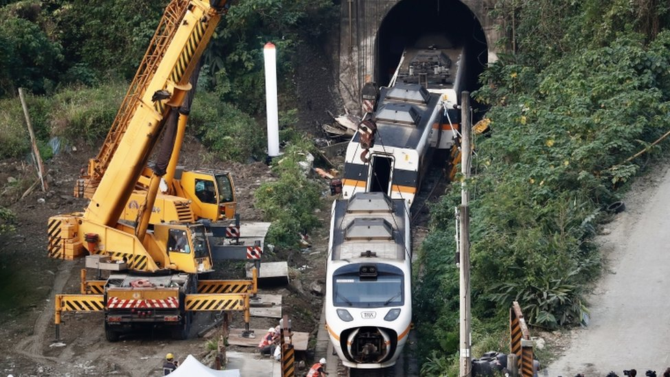 Salvage crews remove train carriages north of Hualien, Taiwan, 3 April 2021