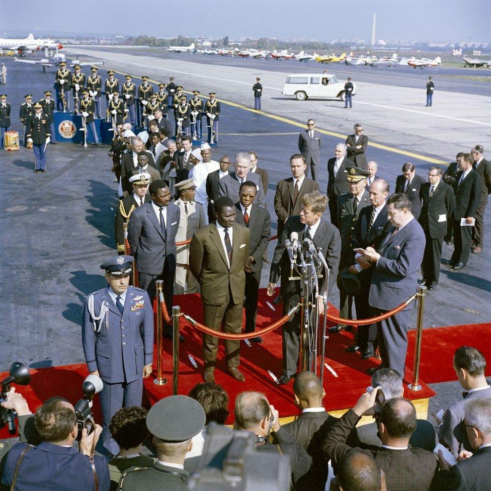 Presiden John F. Kennedy menyampaikan sambutan pada upacara kedatangan untuk menghormati Presiden Guinea, Ahmed Sekou Toure.