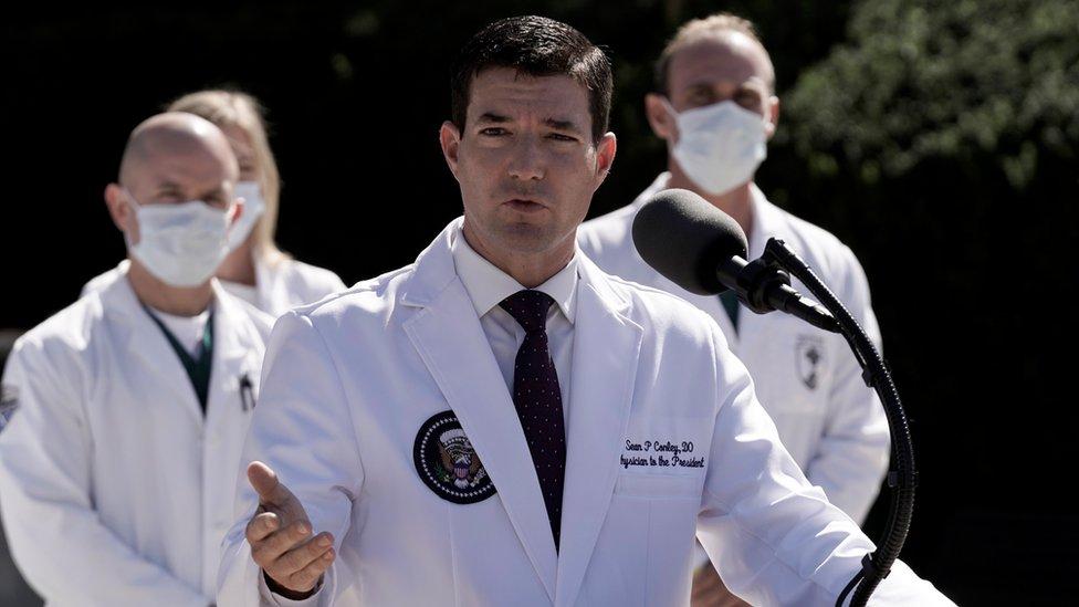 El médico de Trump, Sean Conely, con otros doctores