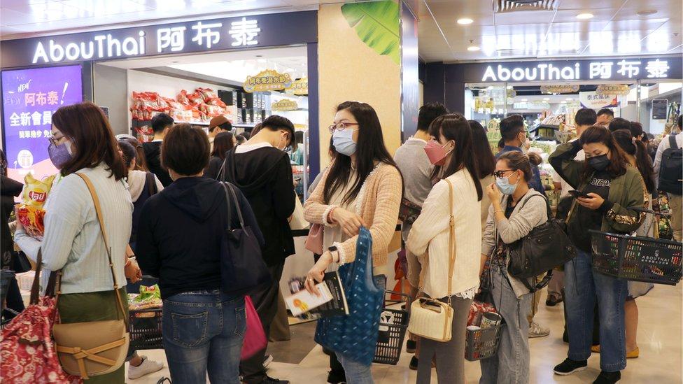 阿布泰被海關高調執法後,大批市民排隊購物支持這家親民主派的商店。