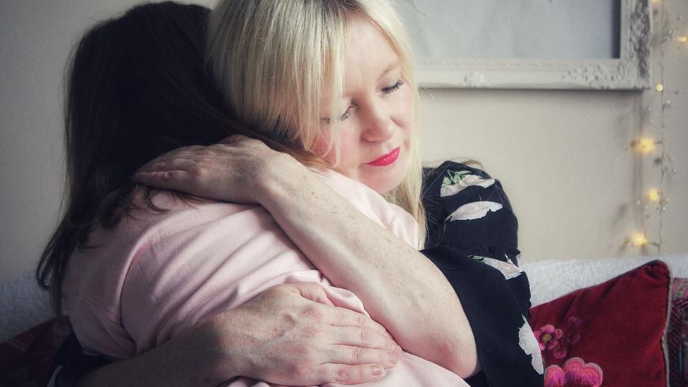 Tracy abraza a su hija