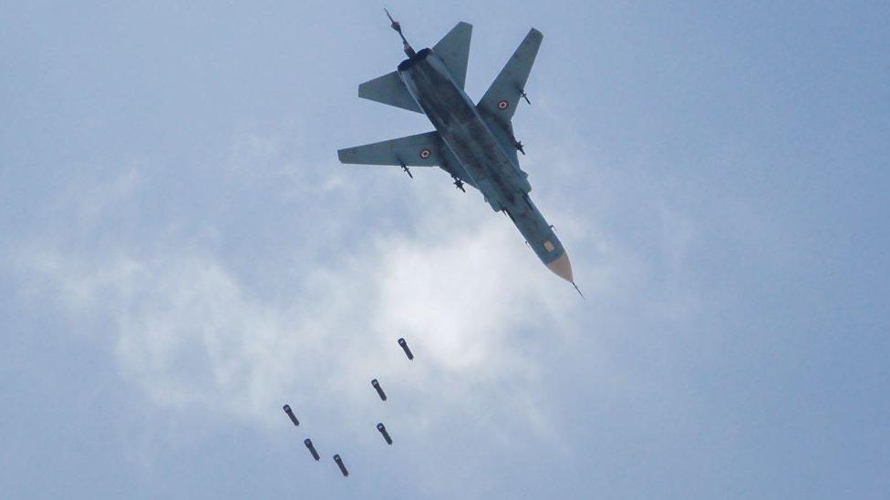 Avión de combate MiG, de la fuerza aérea de Siria, lanzando bombas sobre Guta Oriental, febrero de 2018