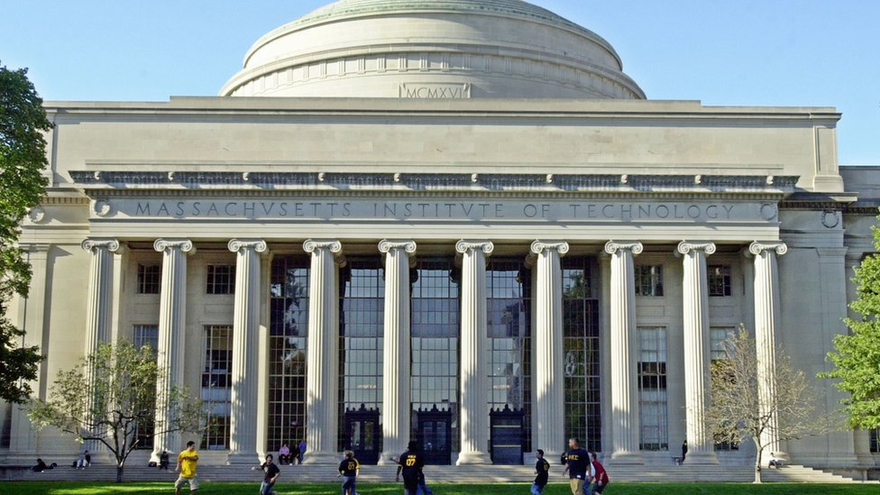 La Escuela de Negocios de MIT tiene cerca de 1.300 estudiantes.