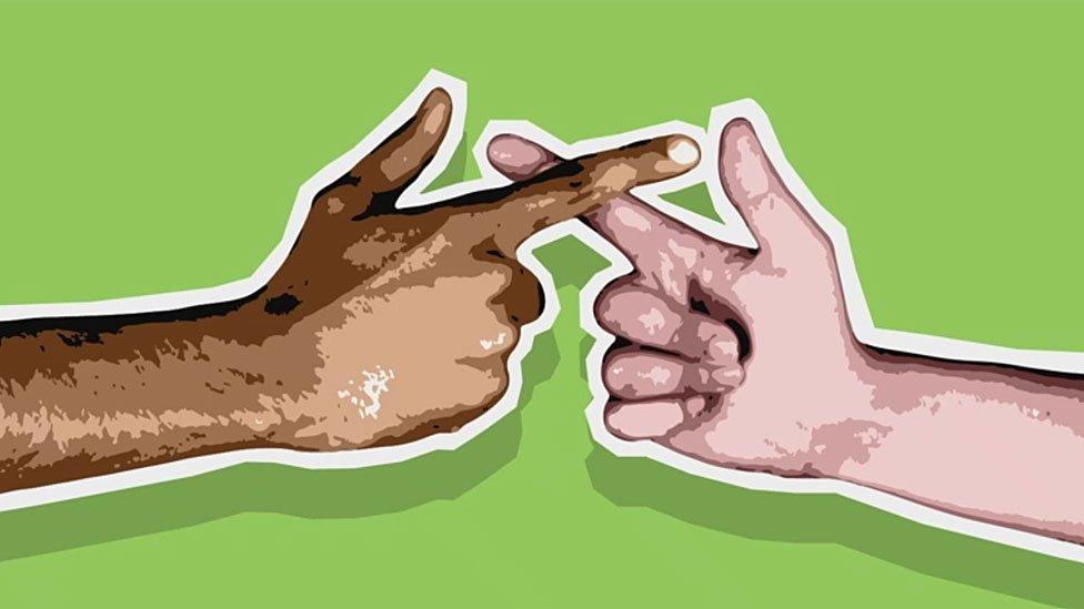 Cruzando dedos con otra persona