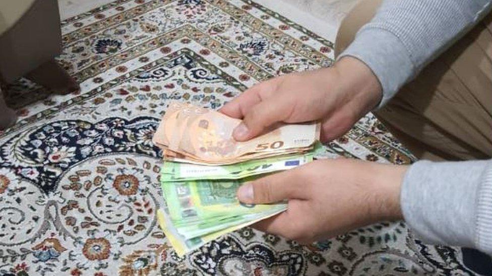 Noor contando dinero