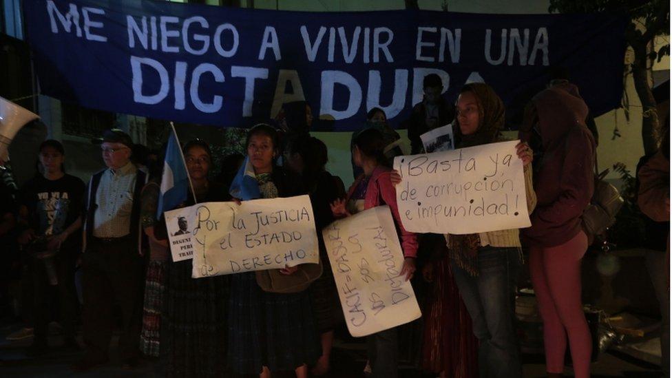 Un grupo de gente con carteles en contra de la corrupción se manifiesta a favor de la Cicig.