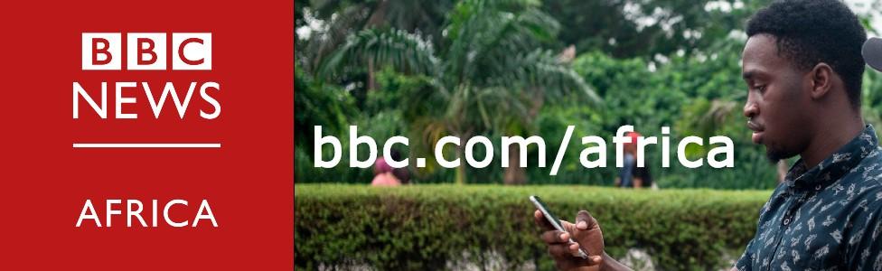 Una imagen compuesta que muestra el logotipo de BBC Africa y un hombre leyendo en su teléfono inteligente.
