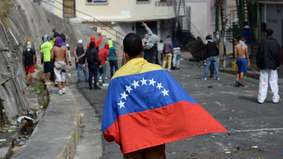 Власти Венесуэлы объявили о провале мятежа. В Каракасе начались беспорядки