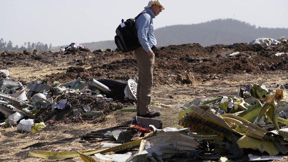 أحد المحققين في موقع سقوط الطائرة