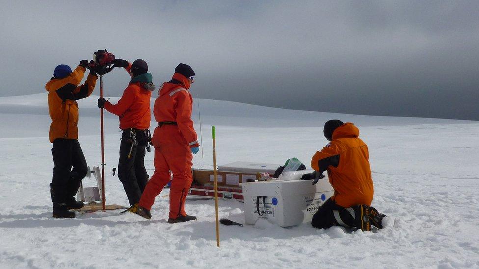 Científicos extrayendo un cilindro de hielo