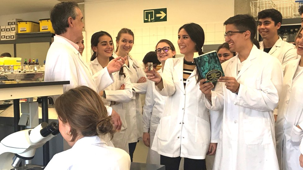 Profesor Carlos Gamazo con sus alumnos