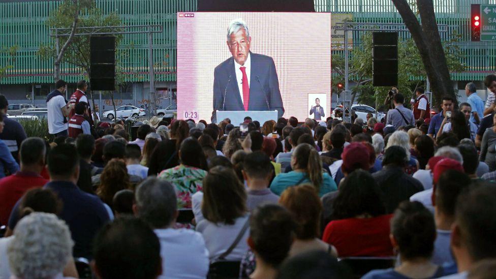 pantalla con López Obrador