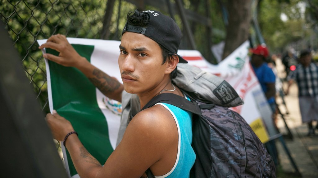 Un joven protesta frente a la embajada de EE.UU. en Ciudad de México.